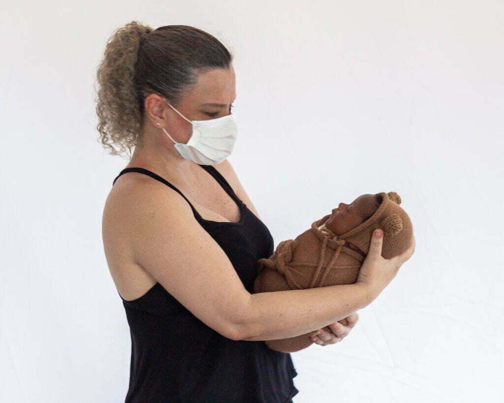 Rosana cuidando de um Bebê